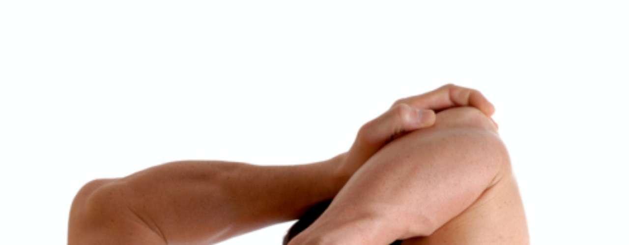 Alongue suas costas: estresse no corpo pode deixar seus ombros tensos e dores nas costas. Libere os músculos fazendo alguns alongamentos simples. Um rolo de espuma é uma ótima ferramenta quando você precisa relaxar. Além de relaxar, você vai realinhar sua coluna, melhorando a sua postura. Você irá parecer mais alto e confiante