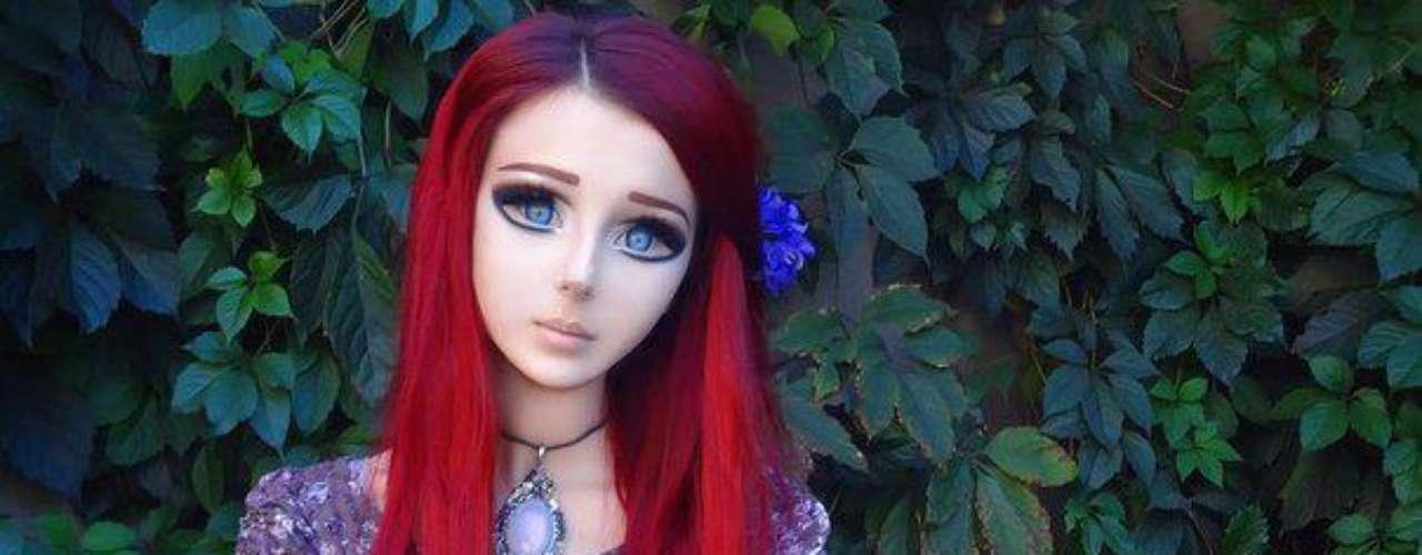 A maquiagem forte dá uma impressão até mesmo artificial para o rosto de Anastasyia
