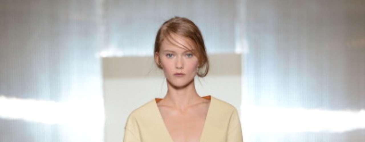 A grife Marni, dirigida pela estilista Consuelo Castiglioni, abriu o quinto dia de desfiles da semana de moda de Milão, na manhã deste domingo (23)
