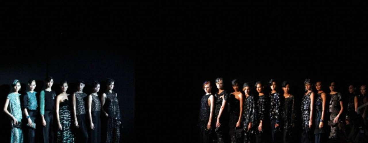Com uma plateia cheia de famosos, Giorgio Armani levou peças largas, seda, recortes clássicos, estampas miúdas e cores sérias para a passarela da semana de moda de Milão, neste domingo (23)
