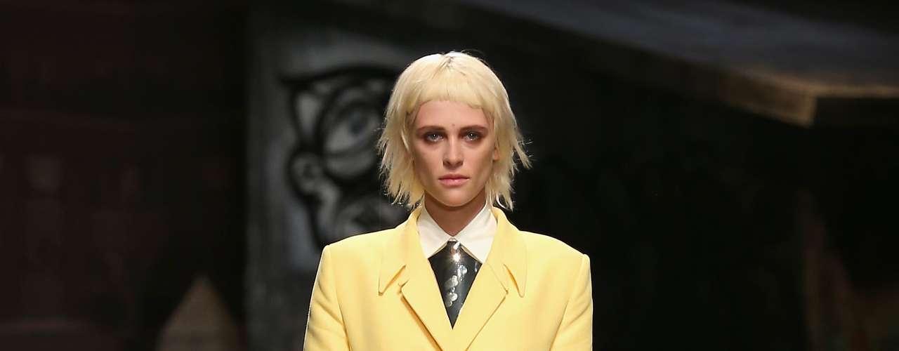 A Trussardi apostou em pouca variação de cores nos seus looks, e levou peças em alfaiataria e couro para o desfile em Milão neste domingo