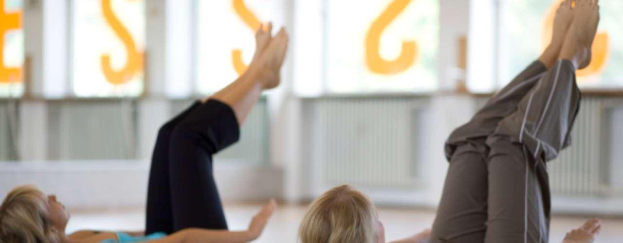 Pilates: além de fortalecer os músculos, o pilates também ajuda na flexibilidade. Um estudo da Universidade de Iowa mostrou que os participantes estavam muito mais próximos de tocarem o chão com as pontas dos dedos depois de dois meses de aulas semanais de pilates