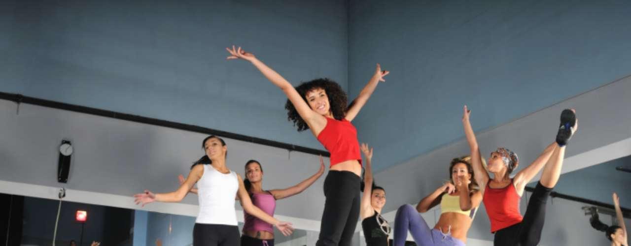 Dança: você pode se alongar em uma barra de ballet, participar de uma sessão de salsa ou fazer os saltos da zumba. A dança traz benefícios para os braços, ombros, pernas e costas através de uma ampla gama de movimentos. Resultado: você se torna mais ágil