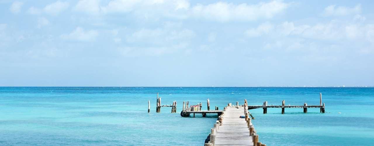 Cancún e Riviera Maya - Com opções de embarque até 30 de novembro, o pacote da Agaxtur inclui passagens aéreas, três noites de hospedagem em Cancún e três em Riviera Maya com sistema All Inclusive, traslados e seguro cancelamento com proteção viagem Travel Ace. A viagem custa a partir de R$ 2.884 por pessoa em apartamento duplo