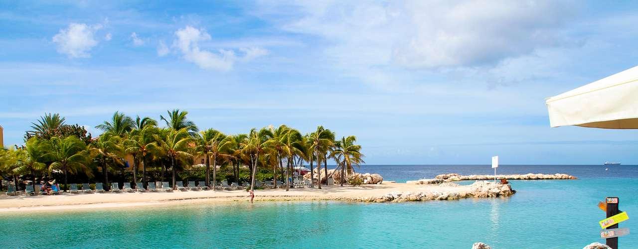 Curaçao, Caribe - O pacote da Flot Operados Turística inclui passagens aéreas, seis noites de hospedagem no Veneto Casino Holiday Beach Resort com café da manhã e cartão assistência. O preço é de US$1.092 (cerca de R$ 2.325) por pessoa, com saídas até dia 1º de dezembro