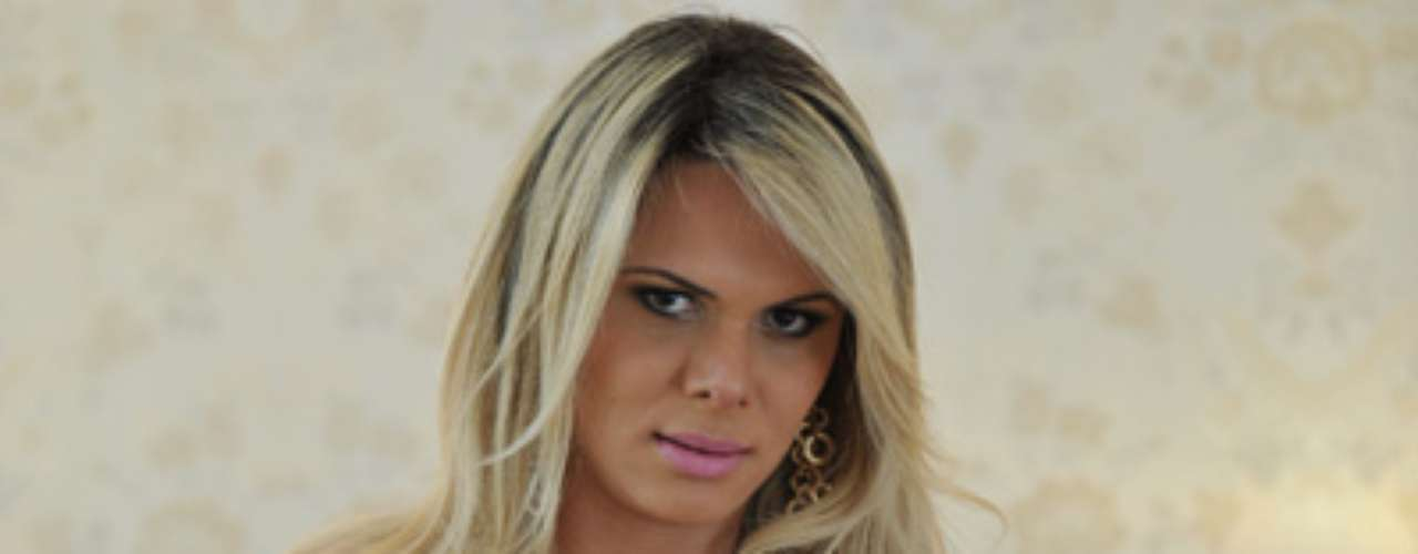 Depois de algumas candidatas fazerem ensaios sensuais, chegou a vez de Ludmila Lopez