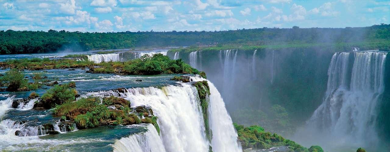 Foz do Iguaçu, PR, Brasil - O pacote da CVC inclui transporte aéreo, traslados, quatro noites de hospedagem no Hotel Pietro Angelo com café da manhã, visita às cataratas brasileiras (sem ingresso) e à hidroelétrica de Itaipu (com ingresso) e transporte ao Dutty Free Shop Iguazu. Em 31 de outubro o voo parte de Curitiba e o preço do pacote é de R$ 748 ou 12 vezes de R$ 62,33. Já dia 4 de novembro a saída é de São Paulo e o valor é de R$ 618 ou 12 vezes de R$ 51,50