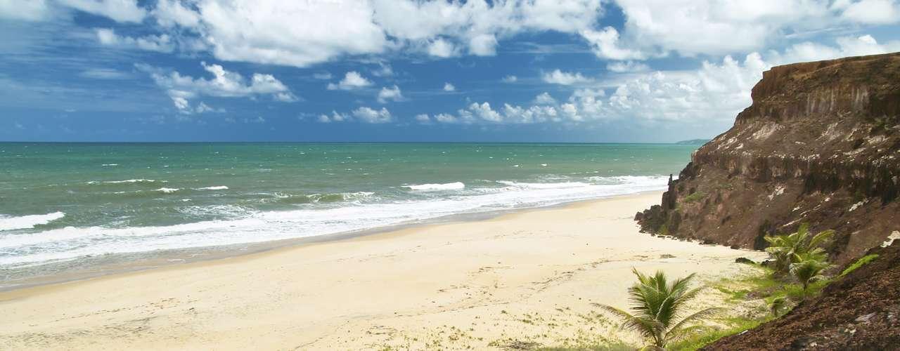 Praia da Pipa, RN, Brasil - O pacote da TAM viagens inclui passagens aéreas, três noites de hospedagem no hotel Pipa Ocean View com café da manhã e kit ecoturismo. O valor é a partir de R$ 1.017 ou R$ 203,40 + 9 vezes de R$ 90,40. As saídas acontecem em outubro e novembro