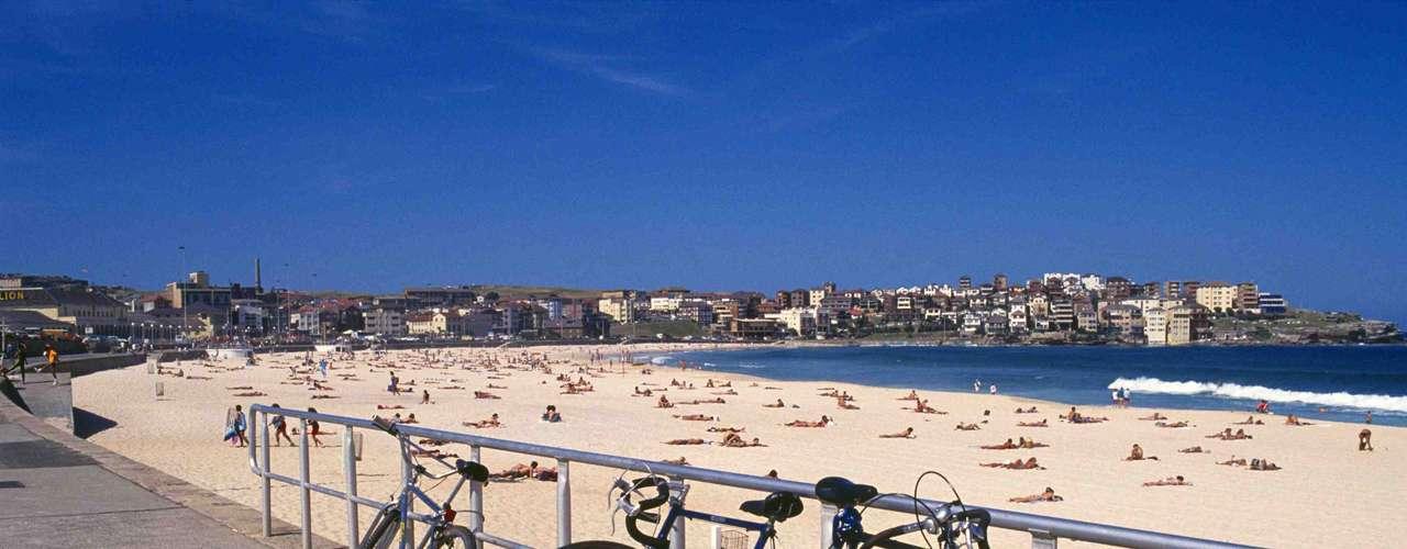 Bondi Beach, Austrália: a praia de Bondi Beach é um popular ponto de encontro na cidade australiana de Sydney. Após 80 anos sem ataques, um surfista teve seu braço dilacerado por um tubarão-branco em 2010.  Apesar da raridade dos incidentes, é bastante normal avistar os animais no local