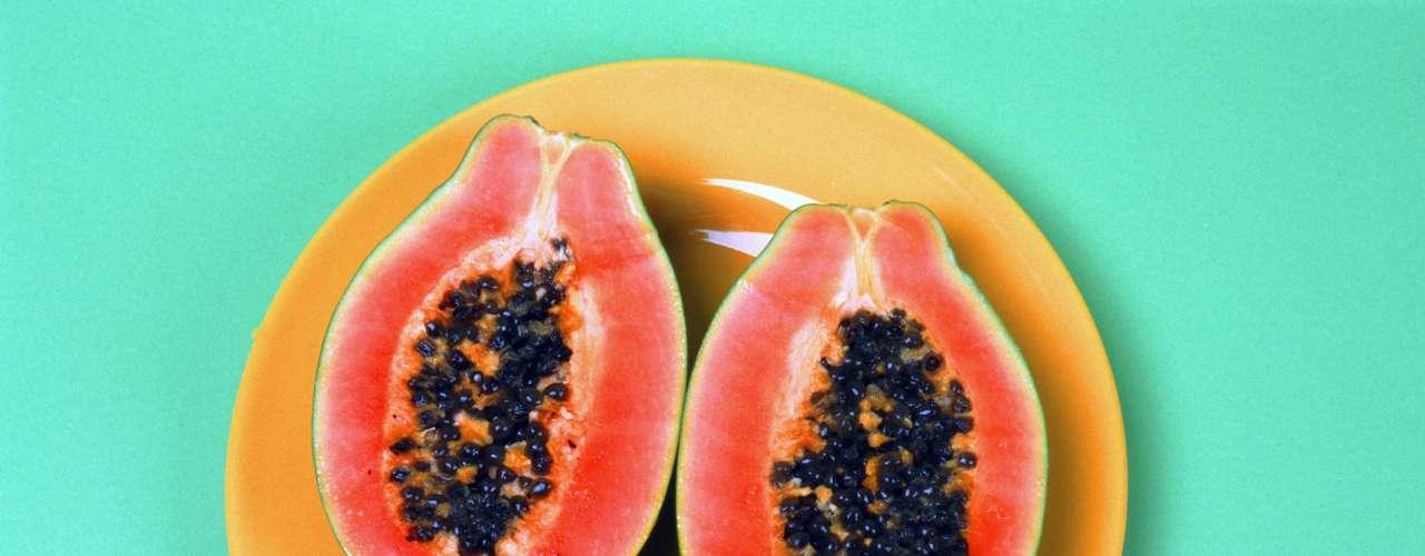 Mamão: Uma porção pequena de mamão papaia tem 264 miligramas de potássio