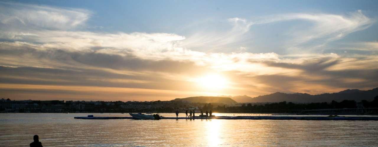 Naama Bay, Egito: o litoral egípcio do Mar Vermelho é um destino muito apreciado por mergulhadores, com inúmeros corais e peixes coloridos. Em 2010, uma série de ataques de tubarões a turistas perto de Sharm el Sheikh chamou a atenção do mundo, advertindo sobre os riscos de nadar na região. Um dos ataques ocorreu em Naama Bay, um dos locais que reúne o maior número de tubarões