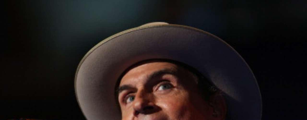 O cantor James Taylor arrasta multidões de fãs pelas suas músicas e também pela simpatia e charme de seus chapéus e bonés que usa para disfarçar a careca