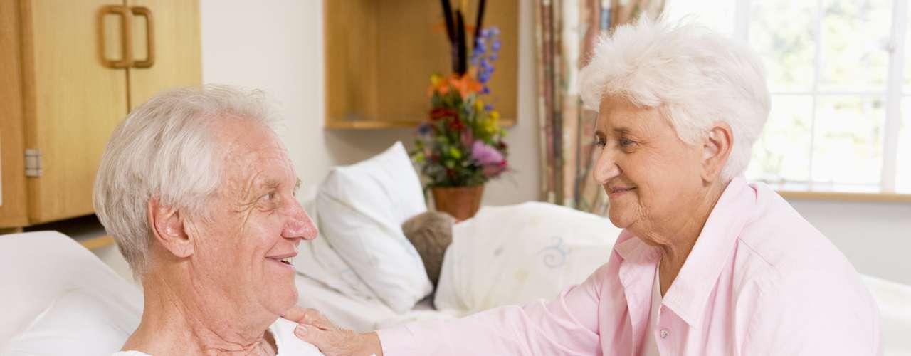 É verdade que a infecção pode causar alucinação em idosos? De um modo geral, pessoas com mais idade respondem de maneiras diferentes que adultos e crianças aos processos infecciosos. \
