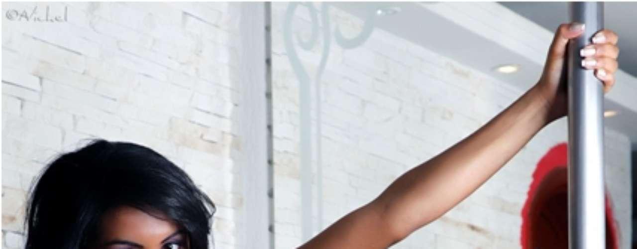 Candidata ao Miss Bumbum, Aline Bernardes faz ensaio com o corpo pintado