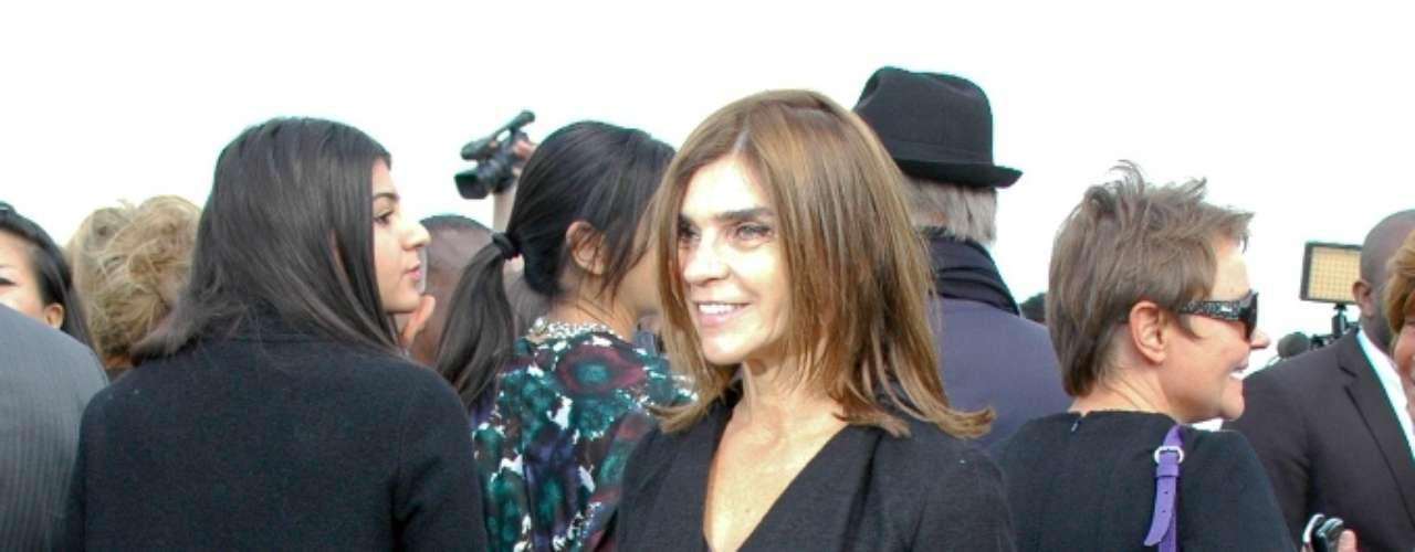 A jornalista de moda Carine Roitfeld, ex-editora da Vogue Paris, em frente ao pavilhão montado para o evento
