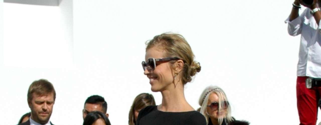A modelo Eva Herzigova chega ao desfile da Dior