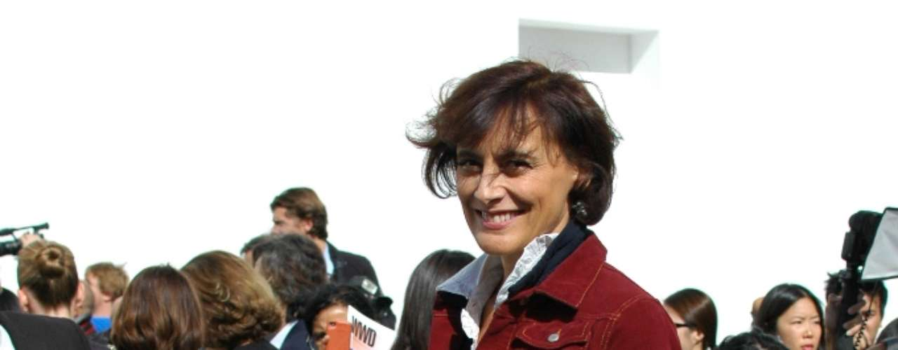 Bem humorada, a modelo francesa Inès de la Fressange posou para os fotógrafos