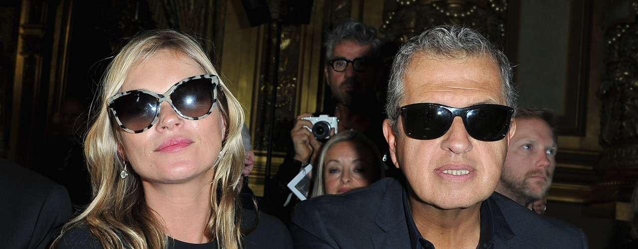 Kate Moss assistiu ao desfile de Stella Stella McCartney ao lado do fotógrafo Mario Testino