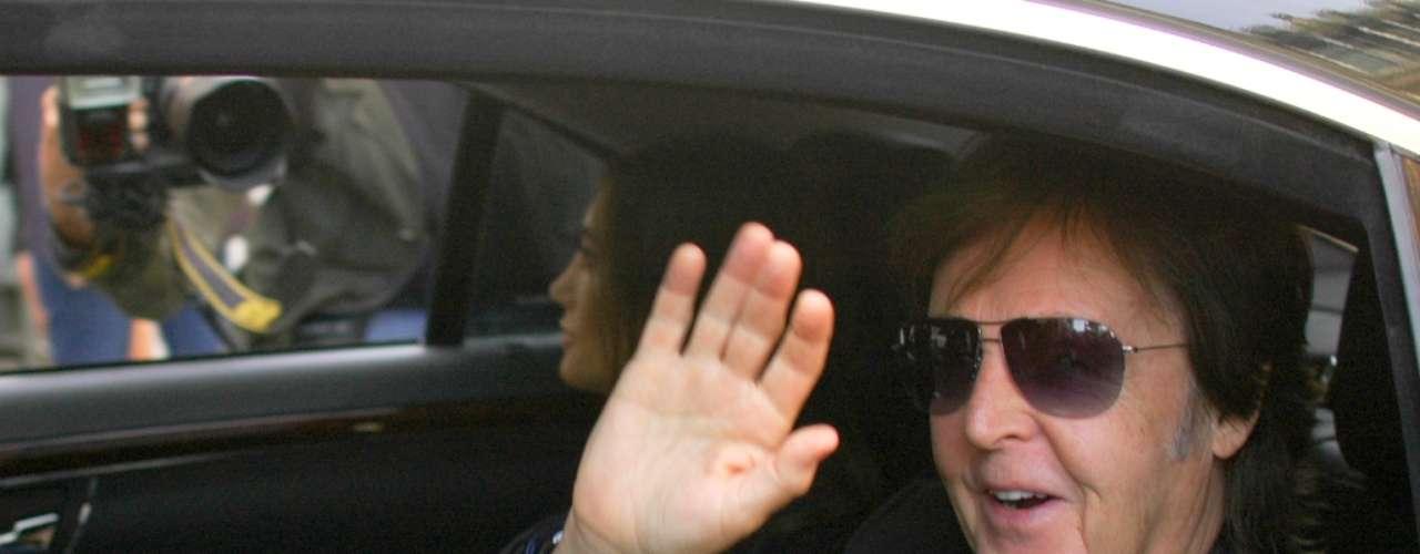 O músico Paul McCartney chegou acompanhado de sua mulher Nancy Shevell para assistir ao desfile da filha Stella McCartney nesta segunda (1)