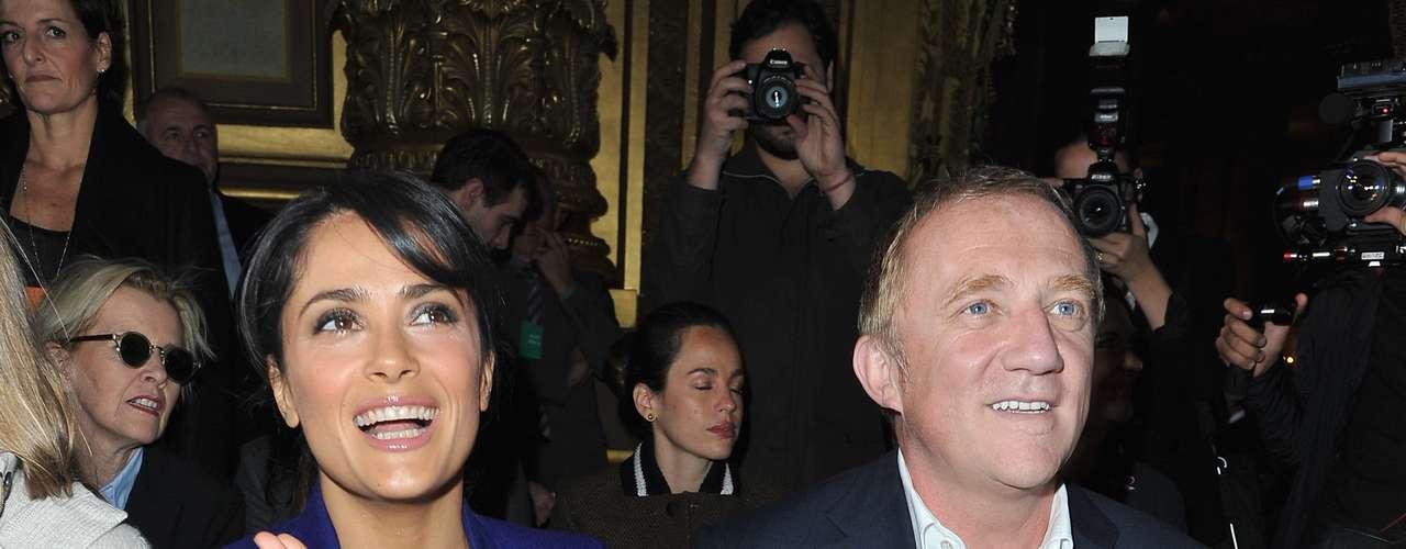 Salma Hayek assistiu ao desfile de Stella McCartney ao lado do marido, Henri Pinault