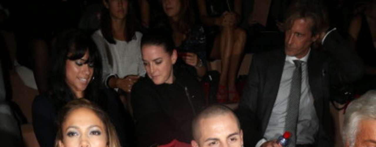 A atriz e cantora também esteve na primeira fila do desfile de Valentino