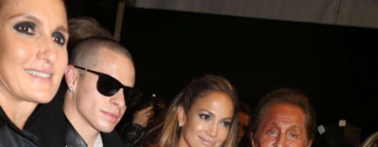 Ela posou ao lado estilista