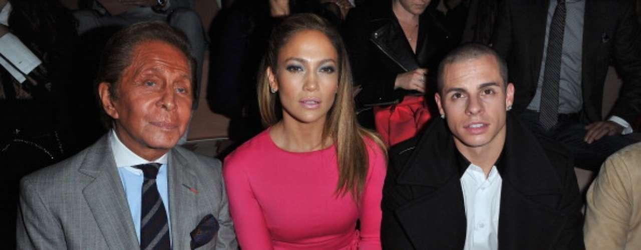 Jennifer Lopez escolheu um vestido rosa para o evento