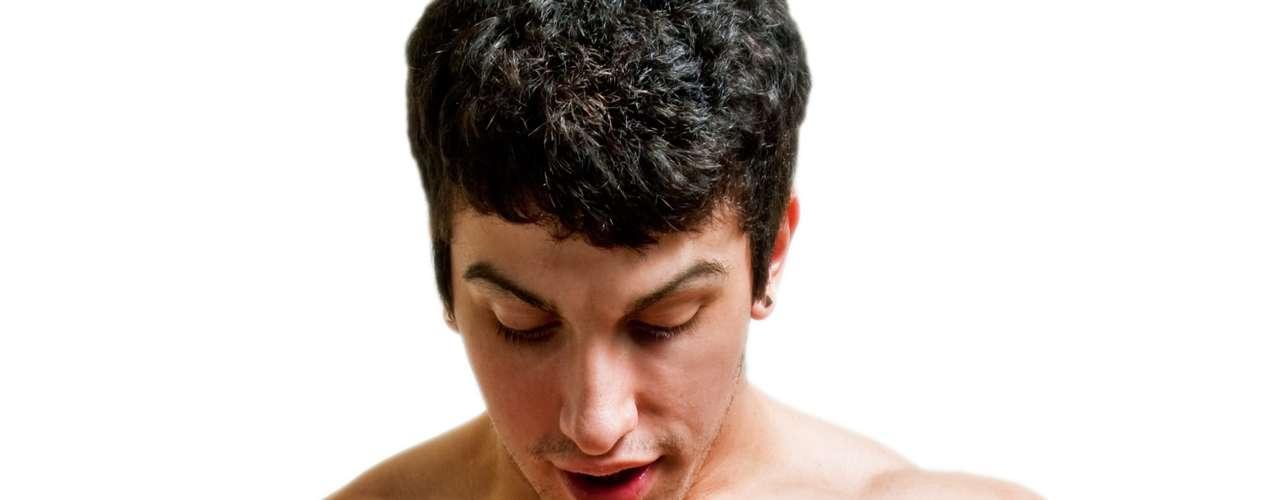 Explore seu corpo - O autoconhecimento e a masturbação estão sempre em foco quando o assunto é sexualidade feminina. Porém, isso também vale para melhorar a vida sexual dos homens. A masturbação deve ser encarada como uma forma alternativa de exprimir a própria sexualidade, Ela é usada há muito tempo pelos terapeutas sexuais como parte das técnicas de tratamento para disfunções, diz Celso. Apesar de quase todos os homens praticarem a masturbação ao longo da vida, em muitos casos, essa prática ainda vem acompanhada de alguns sentimentos negativos. No entanto, essa é uma ótima forma de despertar o corpo para a sexualidade e conhecer os toques e movimentos que proporcionam mais prazer