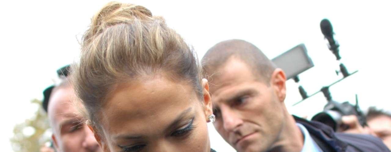 Para ver o desfile, Jennifer Lopez optou por um cabelo preso