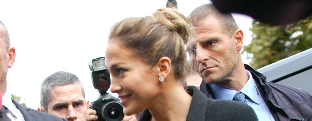 Jennifer Lopez foi uma das celebridades presentes, na manhã desta terça-feira (02), no desfile da Chanel em Paris