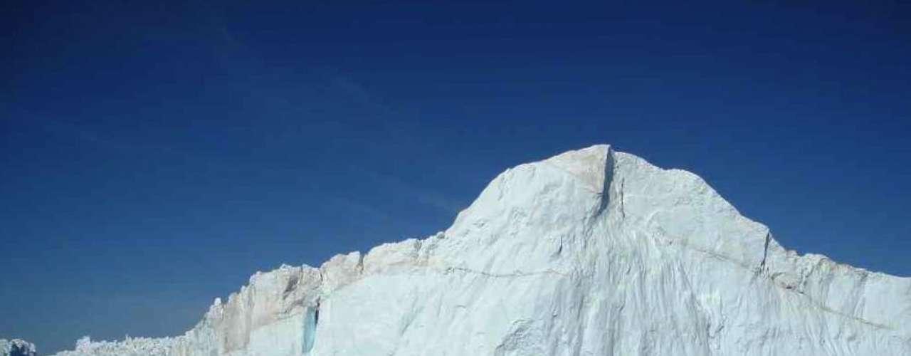 Geleira se partindo, Groenlândia: a imagem e o som de geleiras se partindo, com imensos pedaços de gelo caindo na água impressionam aqueles que têm a chance de assistir ao espetáculo. A remota localidade de Ilulissat, na Groenlândia, é o lugar indicado para ver de perto uma geleira se partindo. A geleira de Sermeq Kujalleq tem grandes pedaços de gelo desabando diariamente e transformando-se em grandes icebergs