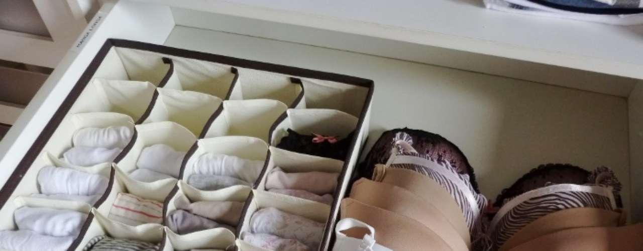 Dependendo do tamanho, a colmeia é capaz de acomodar meias, calcinhas e cuecas. Os sutiãs podem ser dobrados e encaixados nos organizadores ou, se tiverem bojo, ser esticados na gaveta