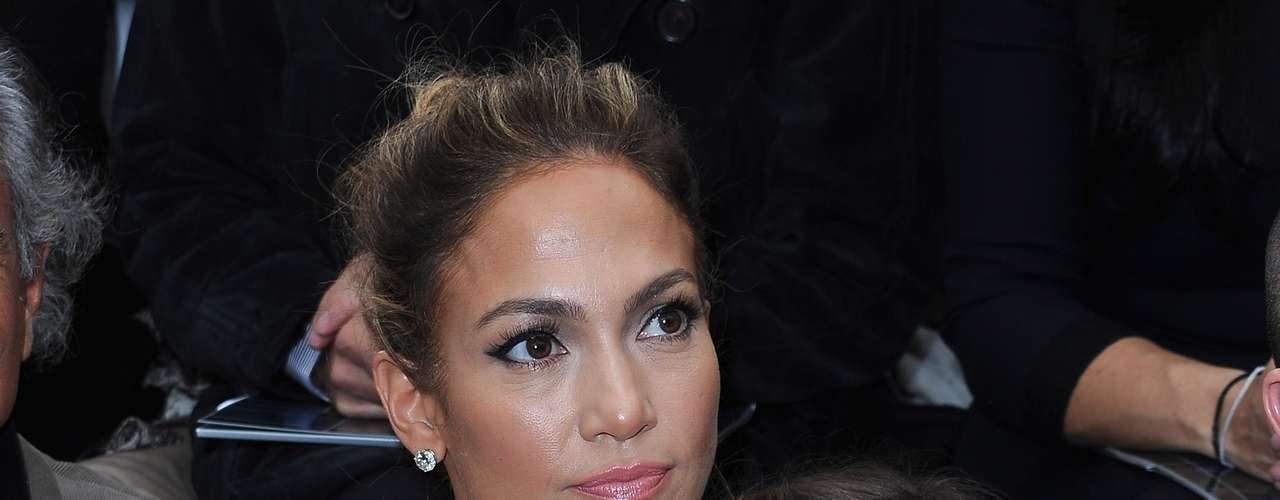 Com a filha Emme Maribel Muniz, Jennifer Lopez assistiu ao desfile da Chanel nesta terça-feira 92)