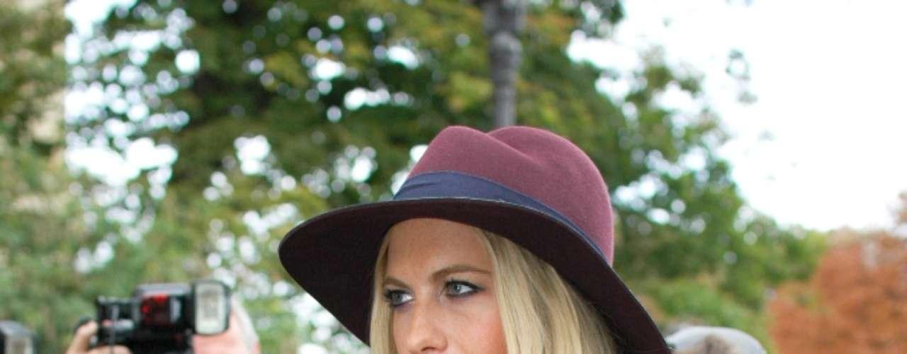 A modelo britânica Poppy Delevingne posou para fotos ao chegar para o desfile