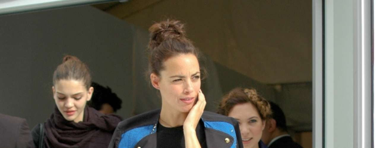 Para o evento, Bérénice Bejo usou um look que combinada vestido, casaco e salto