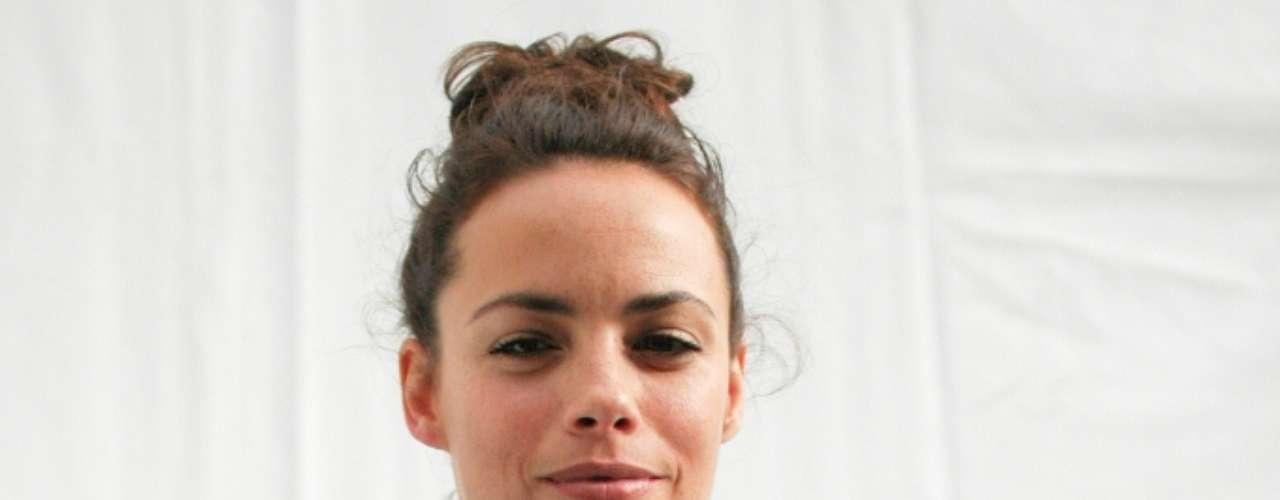 A atriz foi com o cabelo preso conferir o desfile