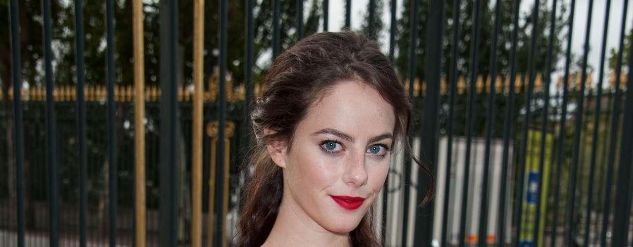 A atriz britânica Kaya Scodelario foi com um vestido vermelho conferir o desfile
