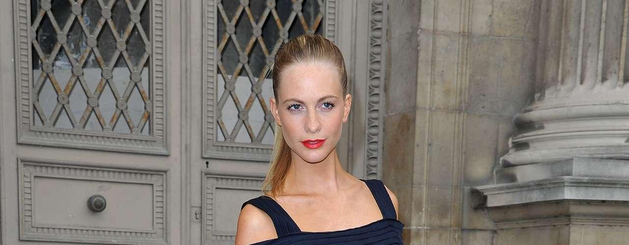 A modelo Poppy Delevingne optou por um look azul para o desfile