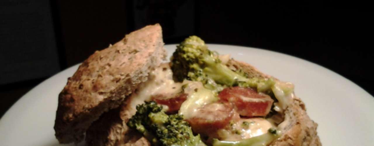 Creme de linguiça, queijo e brócolis