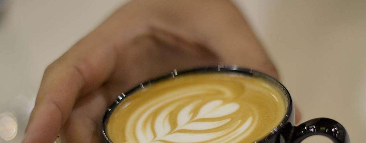 Começar o dia com um cafézinho é sempre uma boa pedida. Mas por que não deixar o seu café ou cappuccino mais bonito? Flores, corações, bichinhos, rostos e até palhaços são alguns dos desenhos que podem ser feitos sobre a bebida. São duas as técnicas utilizadas para esse tipo de arte: o free pour, ou pouring, quando o barista cria formas a partir da maneira com que derrama o leite sobre a xícara; e o sketching, ou grafismo, que usa calda e palitos para os desenhos