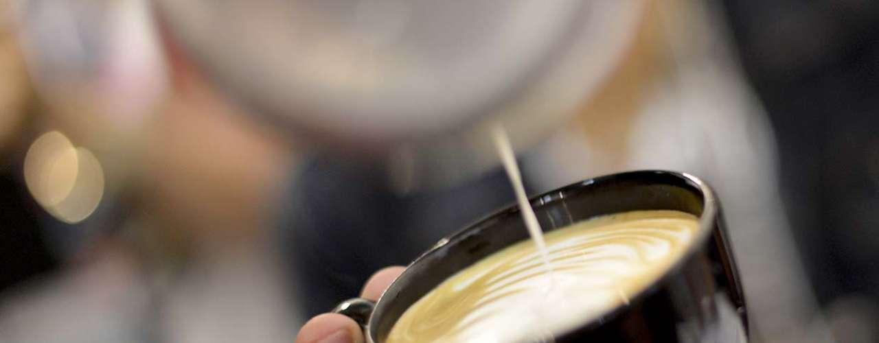 Como o leite não pode ficar quente demais, Philipe deu uma dica para quem gosta de um café pelando: antes de servir o café, esquente a xícara em água bem quente. Assim, ela vai conseguir manter a temperatura por mais tempo sem que precise esquentar demais o leite e o café