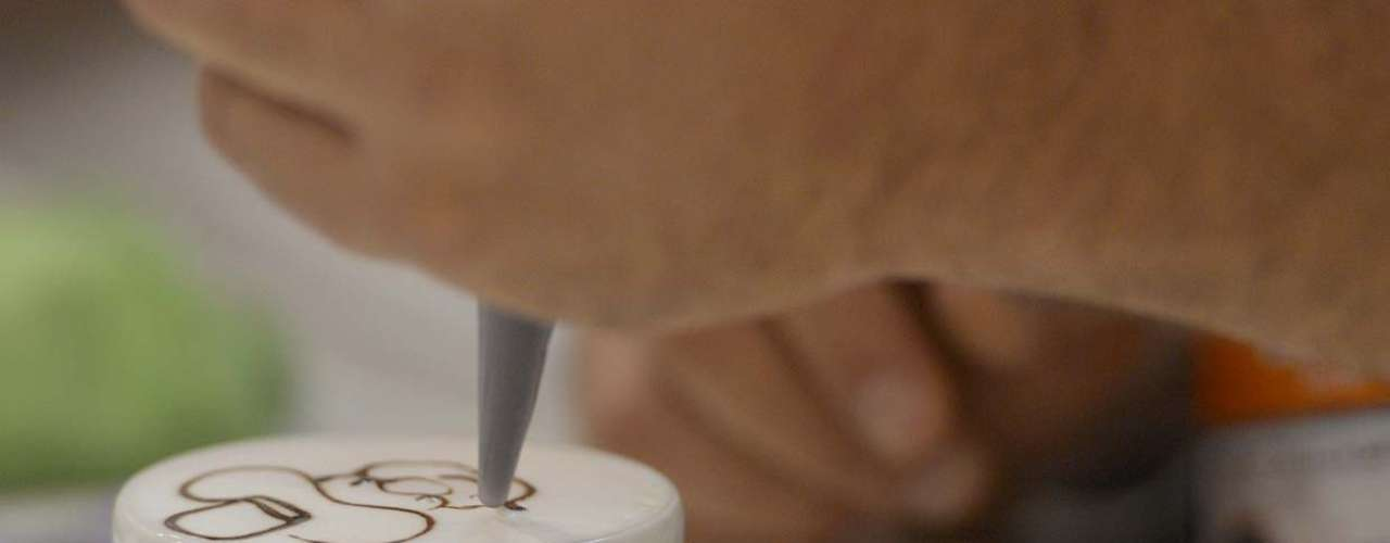 Quem já possui certa habilidade para desenhar começa com uma vantagem, mas o segredo da latte art, segundo os especialistas, é prática. Treinando bastante, em dois anos, já dá para fazer coisas bem legais. Em três, pode estar aqui, falando no meu lugar, brincou Philipe