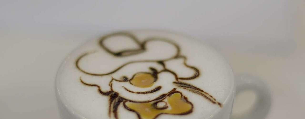 O leite preferido para a latte art é o fresco tipo A. Ele deve estar frio e ser aquecido imediatamente antes de você começar a fazer o desenho. Dessa forma será mais fácil atingir o ponto certo, explica Wagner