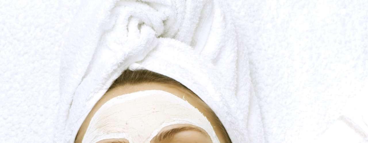 Cremes e tratamentos estéticos à base de vitamina E podem se tornar fortes aliados no combate às cútis irritadas, como as máscaras faciais que agem como regeneradoras celulares