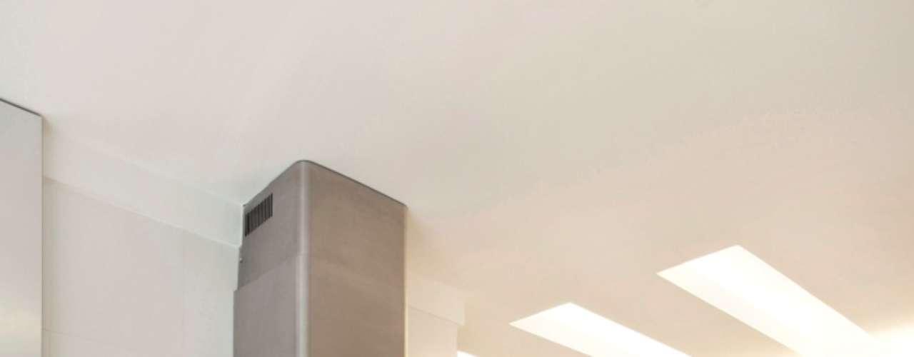 No espaço em que caberia apenas um fogão tradicional de quatro bocas, o designer de interiores Thoni Litsz incluiu um cooktop e um forno embutido. O espaço que sobra pode ser usado para utensílios da cozinha