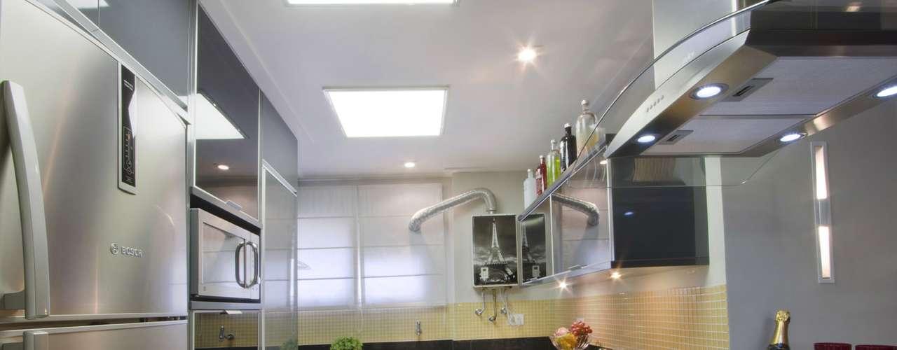 A geladeira não é das maiores (400 litros) e tem filtro de água na porta
