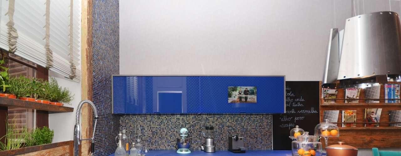 A adega e o forno foram embutidos nos armários, aumentando o espaço disponível nas bancadas para outros equipamentos, como batedeira, liquidificador e máquina de expresso