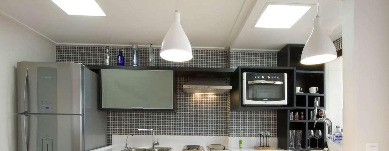 Adega, cooktop e um forno multifuncional (que também serve como micro-ondas) foram instalados