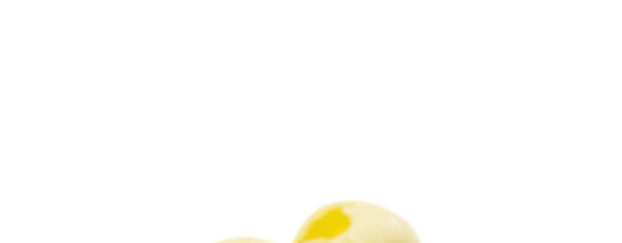 Margarina: a maioria acredita que a margarina é uma opção mais saudável do que a manteiga. No entanto, o produto tem maior carga de gordura trans, que aumenta os níveis de colesterol. Em termos de calorias, margarina e manteiga são semelhantes, mas você tende a consumir mais a primeira, já que, em tese, ela é mais saudável. A solução é se limitar a pequenas quantidades de manteiga