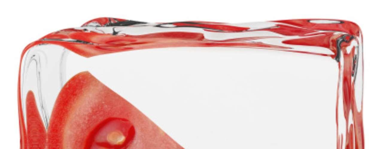 Congelados: os congelados são práticos e até gostosos, mas, muitas vezes, são altamente processados e cheios de gordura e sal. Então, em vez de lotar a geladeira com esse tipo de produto, aproveite um tempo livre, cozinhe e congele as porções. Frutas e legumes congelados, no entanto, são boas opções, desde que sem adição de molhos ou sal